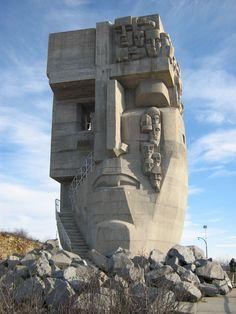 Le masque de tristesse près de Magadan, Russie - est une statue de 1996 commémorant les prisonniers des camps de concentration Goulag. Envoûtante et puissant - le soleil levant brille à travers le œil droit pendant certaines périodes de l'année.sun shines through the right eye during certain times of the year.