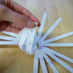 Weihnachten Weihnachts-Deko Dekoration Paperballs Paper Balls Christbaumkugeln aus Papierstreifen auffädeln 2 halb fertig