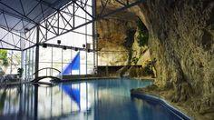 La cueva termal con salida a cielo abierto es una de las señas de identidad del balneario.