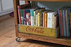 vintage soda crate bookshelf book organizer diy Wooden crates bookshelf Upcycling Ideas for Vintage Wooden Crates / Soda Crates for Home Decor Vintage Wooden Crates, Wood Crates, Wooden Boxes, Wooden Drawers, Old Coke Crates, Coke Crate Ideas, Fur Vintage, Vintage Decor, Home Depot