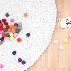 """""""Einzigartig und Wunderschön"""" - #Filzkugeln sind einfach toll zum #Einrichten. Ein #Filzkugelteppich wie der weiße #Shirisha kann man so gut wie in jeder 'räumlichkeit passend einsetzen. Sie finden ihn hier: http://www.sukhi.de/rund-shirisha-filzkugelteppiche.html"""