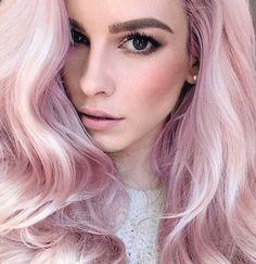Já pensou pintar o cabelo todo de rosa bebê? O rosa pastel é a cor do momento! Veja fotos de cabelos incríveis para você se inspirar!