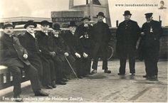 Een groep redders op de Helderse Zeedijk     van links naar rechts:   Jan van Dok - (Jan de Leugenaar)  Coen Coster - (De Reus)  Piet Ostenbrug - (De Kroonprins)  Cees Bakker - (De Gul)  Hendrik Rensmaag - (Stille Hendrik)  Willem Bakker - (De Gorrel)  Albert Runnenburg - (Rooie Albert)  Jaap Been - (Schele Jaap)  Janus Kuiper - (De Eierekoek)