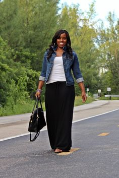 Curvy girl rocking a maxi skirt, maxi skirt and denim jacket, miami fashion blogger, miami fashion. Like the look! Very comfy!