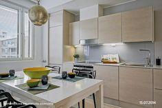 Kaunis, vaalesävyinen keittiö Kitchen Cabinets, Table, Furniture, Home Decor, Decoration Home, Room Decor, Cabinets, Tables, Home Furnishings