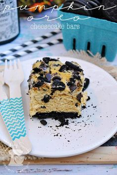 These Pumpkin Oreo Cheesecake Bars are perfect for Halloween or Thanksgiving entertaining! They're so easy to make, too. You're going to love the Oreo cookie crust and topping, along with pumpkin spice-flavored cheesecake filling. Fall Desserts, Just Desserts, Delicious Desserts, Dessert Recipes, Yummy Food, Apple Recipes, Pumpkin Recipes, Sweet Recipes, Fall Recipes