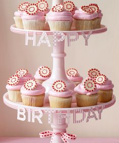Cupcakes are IN! Going to practice making my cupcakes look like these (in all colors! Happy Birthday Cupcakes, Pink Birthday Cakes, Love Cupcakes, Swirl Cupcakes, Valentine Cupcakes, Birthday Treats, Chocolates, Bolo Diy, Cupcake Display