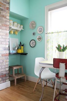 """Design sponge: walls """"Aqua Bay"""" by Behr- like this wall color Murs Turquoise, Deco Turquoise, Turquoise Walls, Turquoise Kitchen, Aqua Kitchen, Kitchen Corner, Yellow Turquoise, Happy Kitchen, Teal Green"""