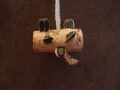 Wow.... super easy.... string, cork, seeds = DIY Bird Toy!