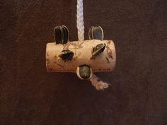 Wow.... super easy.... string, cork, seeds = DIY Bird Toy!