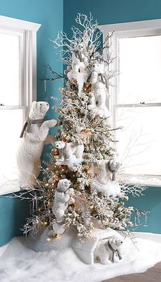 Lovely+winter+Christmas+tree+with+cute+polar+bears+as+centerpieces