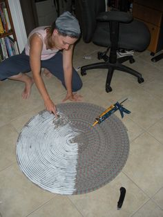 Diy Crafts - Ryan and I are both rock climbers (or at least we were pre-baby and hope to be again one day) . The ropes we use have a finite lifespan. Rope Crafts, Diy Arts And Crafts, Diy Crafts To Sell, Rope Rug, Climbing Rope, Diy Room Decor, Home Decor, Rug Making, Carpet Runner