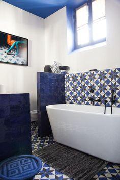 Magnifique salle de bain moderne avec un cadre photo en décoration !