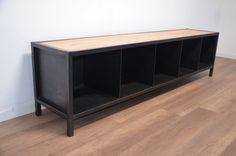 Réalisé à partir d'une ancienne colonne métallique, ce meuble TV industriel est une création unique Hewel mobilier.  L'association des couleurs confère à ce meuble TV un esprit classique chic et moderne tout en conservant une touche industrielle