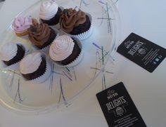 """Un cupcake, """"tarta en taza"""" de forma literal, es una pequeña porción de tarta para una persona. La receta de un cupcake es la misma que la de una tarta: harina, azúcar, huevos, mantequilla ... Habitual en cumpleaños y otras celebraciones o eventos, llamativo con infinidad de decoraciones y sabores, y suelen gustar a todos, niños y mayores.  Decorados con frosting o buttercream de cualquier tipo, color y sabor."""