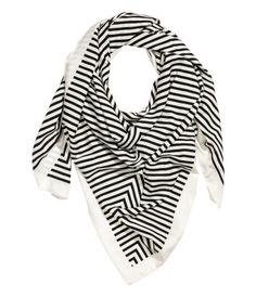 Vit/Svart randig. En stor, fyrkantig scarf i vävd kvalitet med lyster och tryckt mönster. Storlek 130x130 cm.
