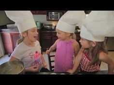 Chloe's Closet - Playdate with Chloe! Time to make a baker's hat and cupcakes! Oh, yum!