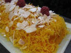 4 ovos. 500 g de cenoura (pesadas em cru) 2 laranjas. 250 g de açúcar. 100 g de farinha. fios de ovos q.b. amêndoa laminada torrada. framboesas. Coza as cenouras com a casca de 1 laranja. Quando estiverem cozidas, escorra-as bem. No copo do... Grains, Rice, Algarve, Portugal, Bolo Fake, Carrot Cake, Cupcake, Desert Recipes, Cakes
