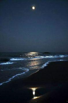 How to Take Good Beach Photos Moonlight Photography, Moon Photography, Landscape Photography, Ocean At Night, Beach At Night, Moon Pictures, Nature Pictures, Night Aesthetic, Beautiful Moon