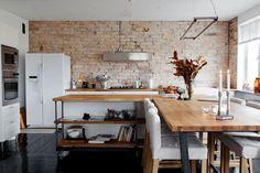キッチンの壁を煉瓦にすると、良い感じに経年変化するそうです。 一度やってみたいです。