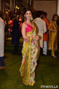 Alia Bhatt in Manish Malhotra saree for Ambani's Ganesh chaturthi Celebration. Bollywood Saree, Bollywood Fashion, Bollywood Outfits, Bollywood Actress, Indian Wedding Outfits, Indian Outfits, Ethnic Outfits, Indian Clothes, Indian Dresses