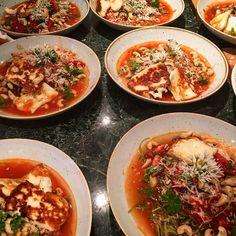 Svarvad Zukinipasta med cashewnötter och tomatsalsa och en massa örter grillad halloumi parmesan #vegetarianfood# #rawfood# #ayurvedafood#