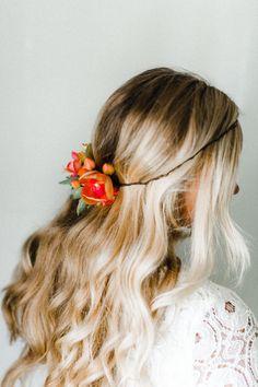 Orchidées de corail + petites fleurs de rose/pêche/corail entourent une succulente dodue dans cette couronne qui fonctionne avec les deux un chignon + vos cheveux vers le bas. Fabriqué avec des matériaux de faux sorte quil est fait pour durer éternellement