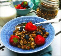 Zelf granola maken is erg makkelijk en in veel gevallen veel gezonder. Ik gebruik voor dit gerecht slechts een paar lepels biologische honing (natuurlijke s