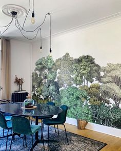 Our mural Bellewood looks so fab in this chic dining room styled by French interior designer don't you think? Kitchen Feature Wall, Interior Styling, Interior Design, Room Interior, Dining Room Wall Decor, Stunning Wallpapers, French Interior, Fashion Room, Decoration