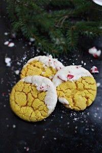 Andra inlägget för idag! Vi kör på en kaka till som smakar saffran som doppas i smält vit choklad och krossade polkagrisar. Det viktiga är när man gör dessa kakor är att saffran ska stå tillsammans med sprit en halvtimme innan baket ska sätta igång. Resultatet blir så mycket bättre om man gör så, smaken [...] Christmas Sweets, Christmas Goodies, Christmas Candy, Christmas Baking, English Food, Holiday Cookies, Sprit, Just Desserts, Love Food