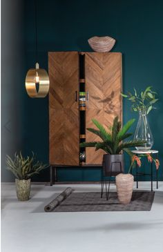 The Venice wall cabinet is a wonderful addition to quiet clearing - The Histor color trend of Quiet Clearing. Home Living Room, Interior Design Living Room, Living Room Decor, Bedroom Decor, Piece A Vivre, Home Furniture, Home Decor, Cabinet, Wall Colors