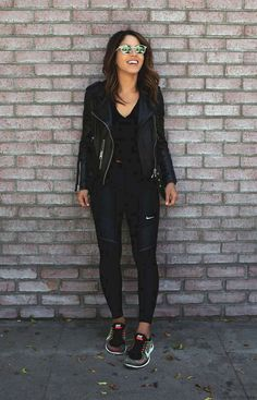 Chill in and enjoy your weekday with theses of that look chic AF for any sort of destination Source by girlsinisghts black outfit casual Black Leggings Outfit, How To Wear Leggings, Legging Outfits, Athleisure Outfits, Sporty Outfits, Teen Fashion Outfits, Mode Outfits, Cute Casual Outfits, Look Fashion