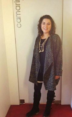 Casaco de inverno, calções com aplicação de renda e colar em crochet