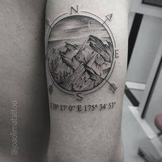 Compass with Mountain - Tatuagem coordenadas com Montanhas. #MountaintimTattoo #Montanhismo #Montanha #Travel #Viagem #BlackWork #DotWork #RosaDosVentosTattoo #CompassTattoo #Inkstagram #Tattoo2Me #TattooistArtMag #TattooGuest #InkStinctOfficial #TatuagensMasculinas #Pontilhismo #InkStinctOfficial #GattoMattoTattoo #TattooGuest #Inked #TattooDo #BlackTattoo #Coordenadas #JoaoLimaTattoo #SkyTattoo #Stars