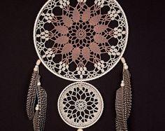 Grande negro tapete atrapasueños, atrapasueños tapetito de ganchillo, estilo boho, pared que cuelga, pared atrapasueños hechos a mano, dreamcatchers de encaje, decoración, diseño elegante.   TAMAÑO:  -diámetro del aro: -10 - 12 (25-30 cm) -altura: 30-34 (75-85 cm)  MATERIAL:  -tapete de ganchillo -trenza -hilo de algodón -cintas -marco de madera -granos -rizados plumas ~~  Este artículo está hecho por mí con un gran entusiasmo en un hogar libre de humo.  También puede servir como souvenir…
