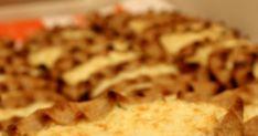 Suolaisella leivonnaisella jatketaan. Siitä on kyllä niin pitkä aika kun viimeksi olin tehnyt karjalanpiirakoita. Ystävän kanssa piira... Meat, Chicken, Food, Essen, Meals, Yemek, Eten, Cubs