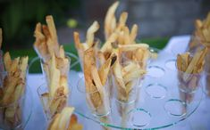 You're seen the cupcake bar, the dessert bar, the fruit bar and the candy bar. But now…thanks to Bridal Suite, you now have the super fun French Fry Bar! What a great idea for a station… Unique Wedding Food, Unique Weddings, Food Stations, Rose Photography, Appetisers, French Fries, Wedding Inspiration, Wedding Ideas, Dessert Bars
