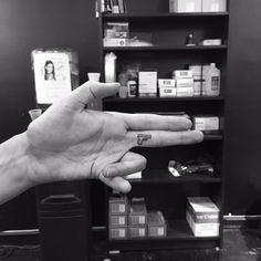 Tatuażysta z Chicago zyskuje sławę jako ekspert w dziedzinie minimalizmu.