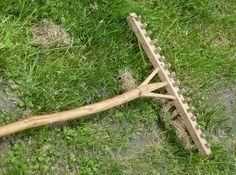 """Molti attrezzi del contadino (rastrello, forcone di legno, erpice) in origine erano costruiti artigianalmente dal """"vergaro"""" che inseriva i denti di legno in un supporto, anch'esso di legno, battendoli con una mazzetta. Durante i lavori accadeva che, in mezzo al campo, un attrezzo perdeva, per l'uso,"""