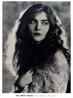 DOROTHY MACKAILL - (A SCENA MUDA, December 13, 1923, Rio de Janeiro, Brazil)