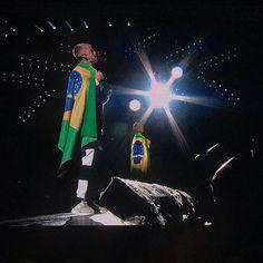 """Bom dia com @justinbieber no Rio: em meio aos gritos histéricos e coro dos fãs em todas as músicas o cantor elogiou o Brasil """"o país que mais amo vocês têm carisma e personalidade! Eu amo isso em vocês!"""". Ele se apresentou ontem na Apoteose abrindo seu show com """"Mark my Words"""" seguida de """"I'll Show You"""" hits do seu último álbum """"Purpose"""". Neste fim de semana São Paulo recebe o show. Estão preparados? (Via @juliapitaluga)  via VOGUE BRASIL MAGAZINE OFFICIAL INSTAGRAM - Fashion Campaigns…"""