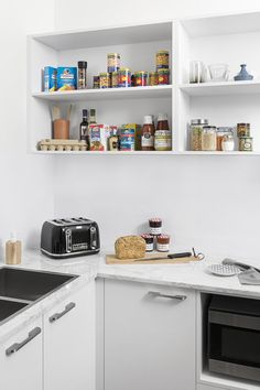 Butler's pantry goals! We love how this space allows you to keep your everyday items out of sight, while also creating a practical space for you to prepare meals and wash-up the dishes - it's an entertainer's best friend!