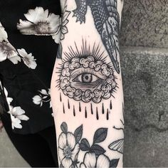 Search inspiration for a Blackwork tattoo. Bone Tattoos, Black Ink Tattoos, Arm Tattoos, Body Art Tattoos, Small Tattoos, Sleeve Tattoos, Tattoos For Guys, Tatuagem Pin Up, Tatuagem Old School