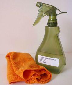 Möbel reinigen auf ganz natürliche Art und Weise? Diese Mischung aus Wasser, Essig und Olivenöl macht es möglich. Du benötigst: 1 3/4 Tassen Wasser, 1/4 Tasse weißer, destillierter Essig, 2 Teelöffel Olivenöl, 1/4 Teelöffel (bz. 8 – 10 Tropfen) Ätherisches Öl (Zitrone).