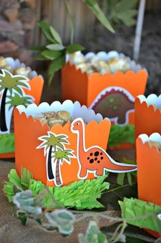 Dinosaur party ideas for a super roaring birthday party! Lots of DIY decorations, party printables, food and fun! Birthday Party Snacks, Kids Birthday Themes, Dinosaur Birthday Party, Snacks Für Party, Birthday Party Decorations, Twin Birthday, Elmo Party, Mickey Party, Party Favors