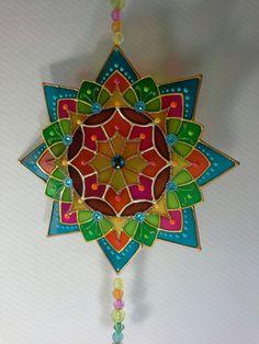 MANDALA para pendurar - 16 cm - em PVC - pintura vitral    Ideal para presentear com bom gosto e boas energias!