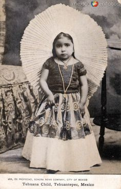 Fotos de Tehuantepec, 1925 - Oaxaca, México: Niña Tehuana http://www.mexicoenfotos.com/antiguas/oaxaca/tehuantepec/1/MX13229838192503.html