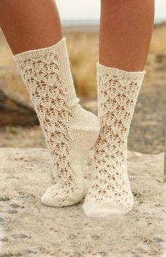 Нежные ажурные носочки можно использовать как для домашнего применения, так и для прогулок. Много зависит от пряжи, какой Вы будите их вязать. Они могут быть и совсем летние и более тёплые. Но в любом случае, в вязаных носочках Вы будете … Читать далее →