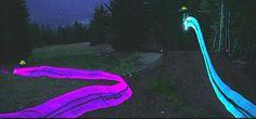 光るマウンテンバイクで「トロン」のような美しい光の軌跡を再現したムービー