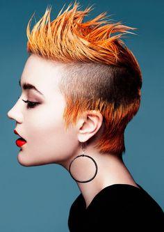 Coupe iroquoise femme : zoom sur ses origines et quelques idées de look tendance - デザインと装飾 Creative Hair Color, Cool Hair Color, Creative Hairstyles, Cool Hairstyles, Short Hair Cuts, Short Hair Styles, Mohawk, Corte Y Color, Hair Color For Women
